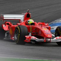 Mick Schumacher rijdt op Hockenheim demo in de Ferrari van zijn vader