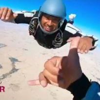 Hamilton deelt sky dive-video: 'Dit is wat ik het liefste doe'