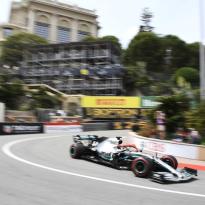 Hamilton races in Monaco with Lauda helmet design