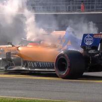 VIDEO: McLaren van Carlos Sainz vliegt in brand