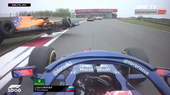 VIDÉO : Kvyat s'accroche avec les deux McLaren au départ