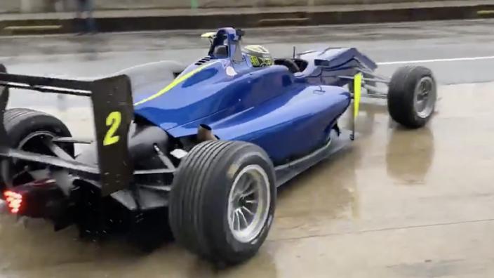McLaren test op regenachtig Silverstone met F3-auto's
