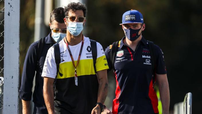 Verstappen en Ricciardo konden ogen niet geloven: 'Kimi zat opeens achter me'