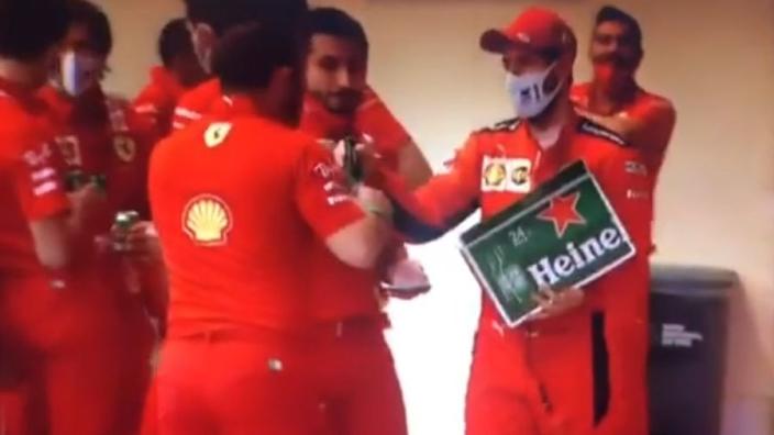 Vettel deelt bier uit aan Ferrari-personeel na Grand Prix van Abu Dhabi
