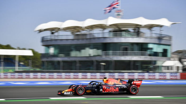 Circuit Silverstone past kerbstone aan vanwege bandenslijtage