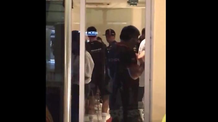 WAUW! Mooi moment tussen Verstappen en Ricciardo vastgelegd