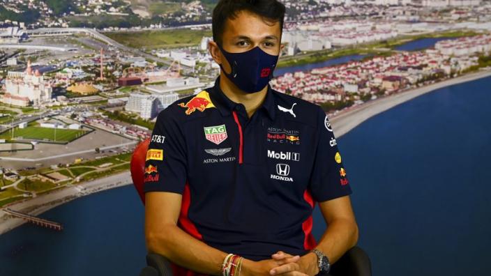 """Formule 1-fans klaar met Albon: """"Rijdt als een Flintstone"""""""