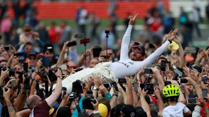 Lewis Hamilton bezoekt hoofdkantoor Petronas om titel te vieren