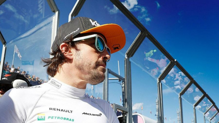 Alonso jabs F1 over Twitter gag