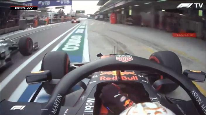 VIDEO: Verstappen passeert concurrentie vast in de pitstraat