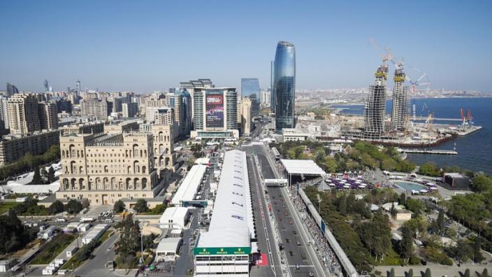 Rosberg noemt muur van pitstraat Baku City Circuit levensgevaarlijk