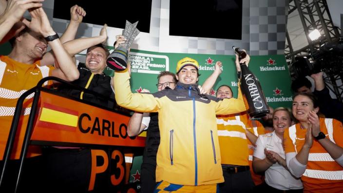 McLaren tóch op het podium: Sainz neemt P3 over van Hamilton