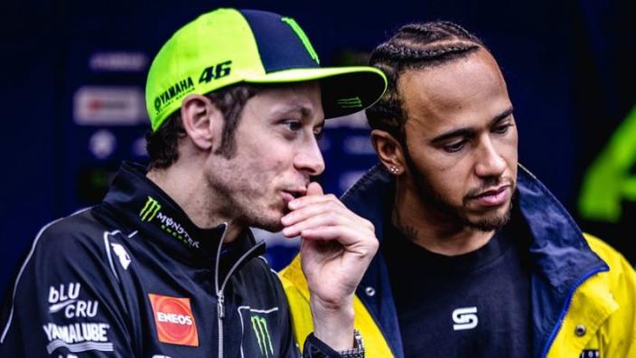 """Hamilton brengt bezoekje aan Amsterdam en had """"epische dag"""" met Rossi"""