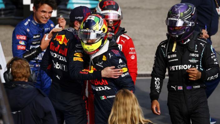 """Hamilton had geen idee dat hij vocht met Pérez: """"Waar blijft de blauwe vlag?"""""""