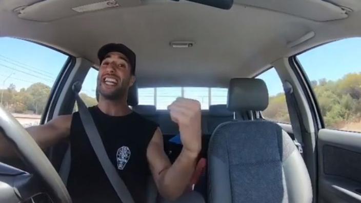 VIDEO: Daniel Ricciardo gaat los op nummer tijdens autorijden!