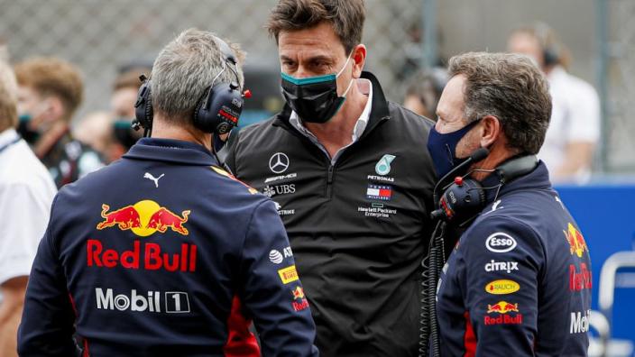 VIDEO: Wolff sneert naar Horner na weigeren excuus crash Verstappen