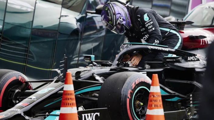 """Hamilton wint knotsgekke race in Rusland: """"Max deed het ook geweldig"""""""