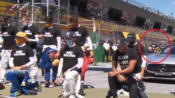 VIDEO: F1-coureurs knielen voor BLM, Verstappen te laat