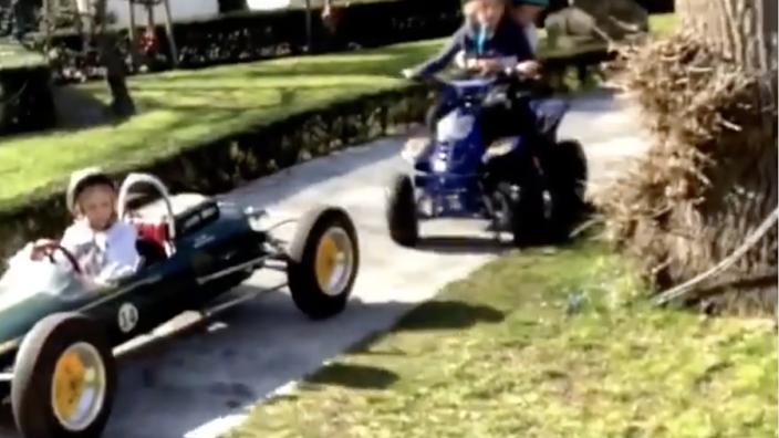 VIDEO: Bleekemolen racet op segway, kids in oude F1-wagen
