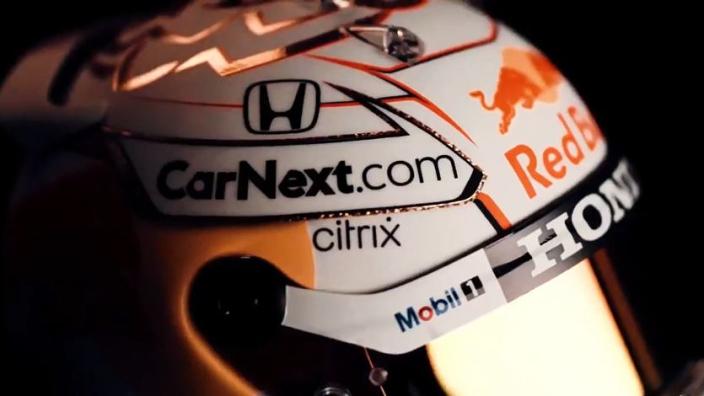 In beeld: Max Verstappen showt vol trots nieuwe helm