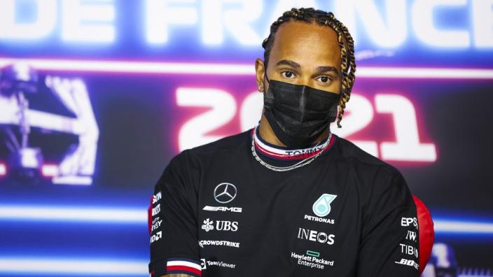 Hamilton in tweestrijd over volle tribunes in Silverstone: 'Wat mij betreft te voorbarig'