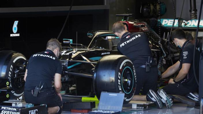 Mercedes verklaart strategiekeuze Hamilton: 'Weinig rubber over en penalty'