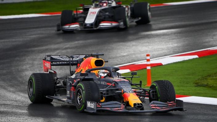 """Het internet reageert furieus op onderzoek FIA naar Verstappen: """"Ze spelen voor God"""""""