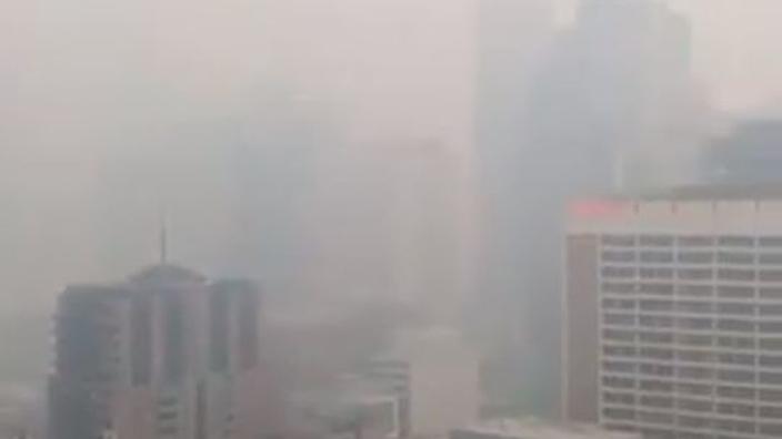 Melbourne verwikkeld in dik pak rook door bosbranden