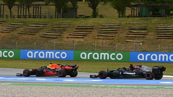 """Hamilton won in Spanje mede door racelijn: """"Verstappen maakte bochten langer"""""""