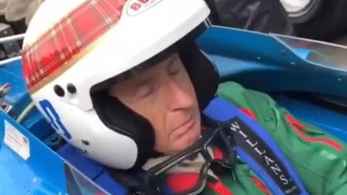 VIDÉO : Barrichello réveille Jackie Stewart, endormi au volant !