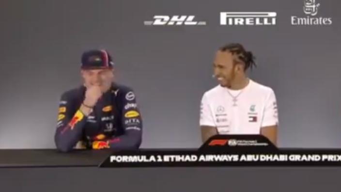 """VIDEO: Verstappen dolt met Hamilton: """"Heeft Mercedes dat niet eens gevierd met jou?"""""""