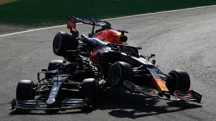 """Hamilton gaat specialist bezoeken na crash met Verstappen: """"Pijn wordt erger"""""""