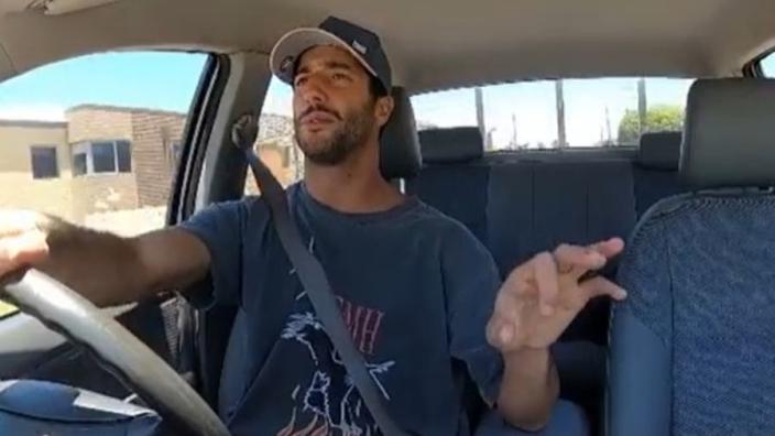 VIDEO: HAHA! Daniel Ricciardo gaat swingend de testweek in!