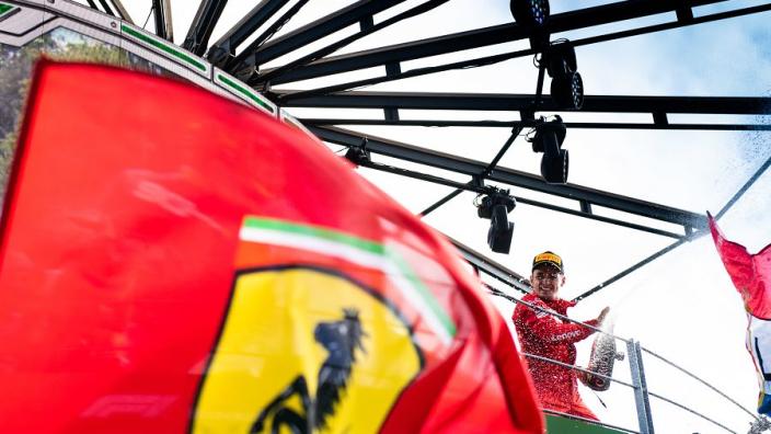 Leclerc krijgt speciaal pakketje van Ferrari, Giovinazzi springt op de fiets | Social Wall