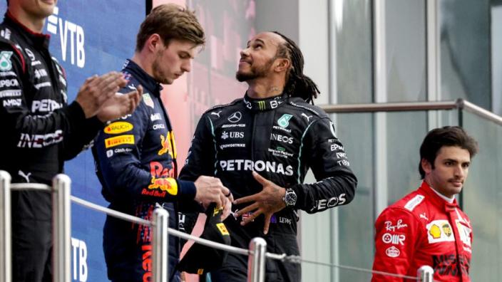 """Hamilton geniet van Verstappen, Norris en Russell: """"Fenomenaal talent"""""""