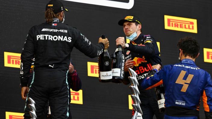 Hamilton mocht zich door reglementen van ronde achterstand ontdoen in Imola