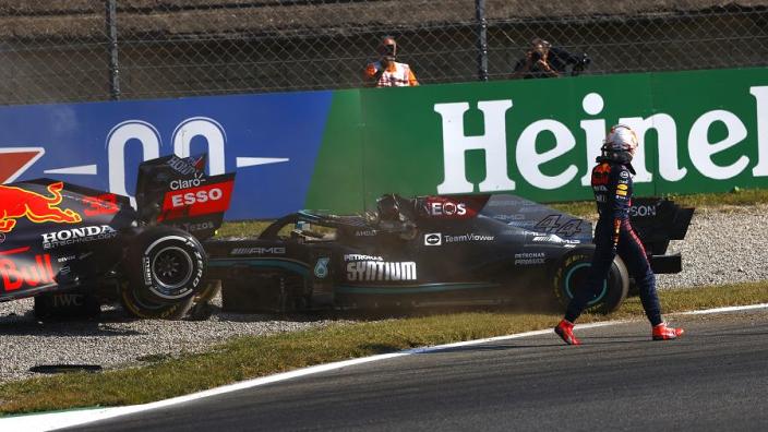 """Verstappen checkte niet of Hamilton oké was: """"Omdat hij achteruit probeerde te rijden"""""""