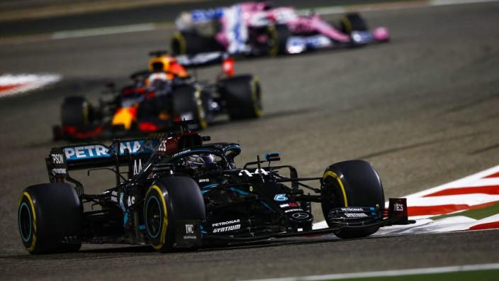 Grand Prix Bahrein: Hamilton wint, Verstappen tweede, horrorcrash voor Grosjean