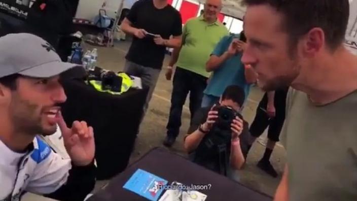 VIDEO: Throwback: Jenson Button vraagt handtekening van Daniel Ricciardo!