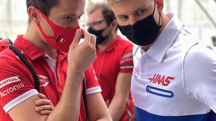 Haas zet zichzelf wederom in de kijker: Shirt doet denken aan Russische vlag