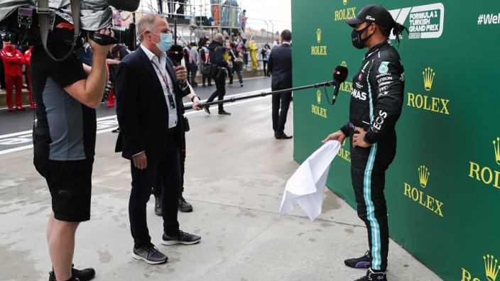 Hamilton maakt zich geen zorgen over motorproblemen Mercedes: 'Dat is niet aan mij'