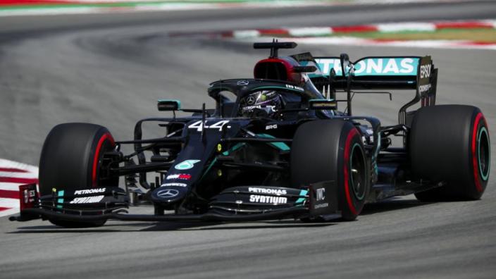 Hamilton verwacht moeilijke race ondanks pole: 'Hitte is intens en Red Bull enorm snel'