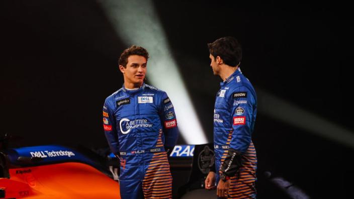 Dit zijn de nieuwe overalls van Mclaren-coureurs Norris en Sainz