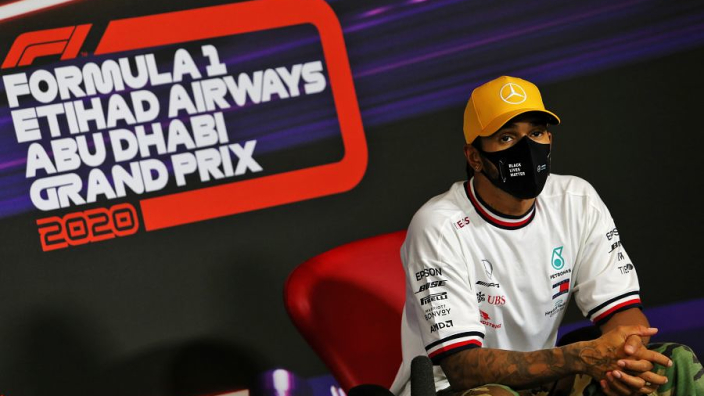 """Hamilton verwacht fysiek zware race door corona: """"Voel me nog nog niet 100%"""""""