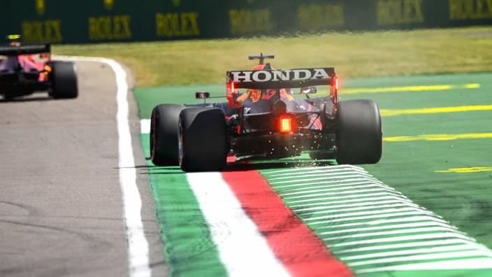"""Verstappen over track limits Imola: """"Het is best lastig om te weten of je op de witte lijn zit"""""""