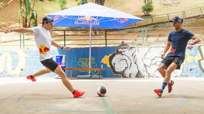 VIDEO: Max Verstappen en Daniel Ricciardo spelen een potje futsal