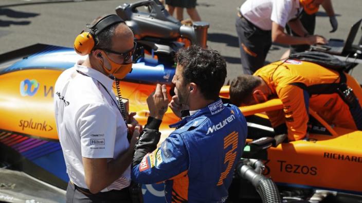 """Ricciardo """"leeft mee"""" met Verstappen na crash: """"Hamilton ging er te hard in"""""""