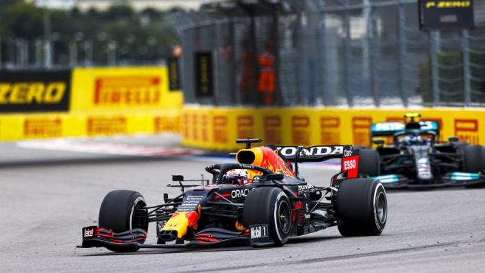 Grand Prix Rusland: Hamilton wint, Verstappen op P2 na chaotische slotfase