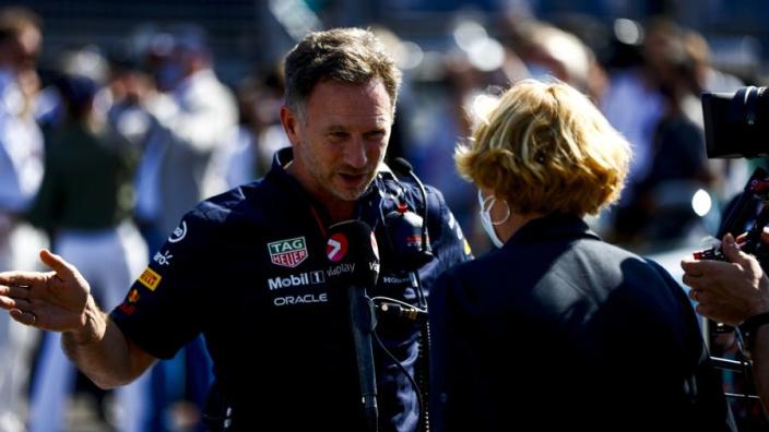 Horner wijst schuldige aan: 'Verstappen had nooit in de buurt van Hamilton moeten zitten'