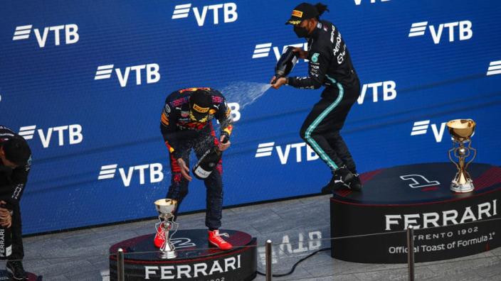 Hamilton wilde overwinning Rusland opofferen om Verstappen op te vangen